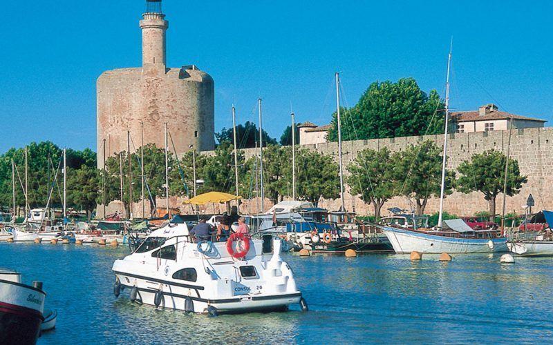 Alquiler-barcos-fluviales-turismo-fluvial-canales-rios-Camarga