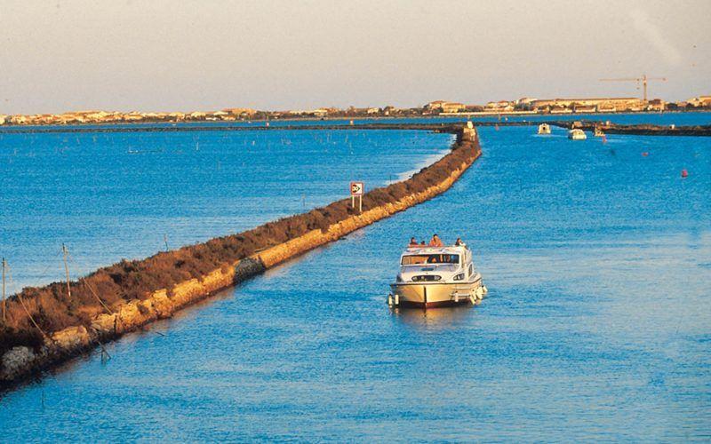 Alquiler-barcos-fluviales-turismo-fluvial-canales-rios-Camargue