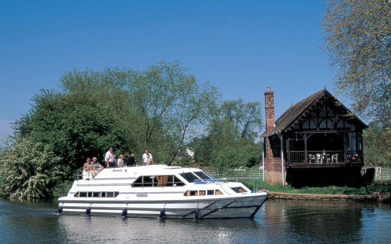 Alquiler-barcos-fluviales-turismo-fluvial-canales-rio-Inglaterra